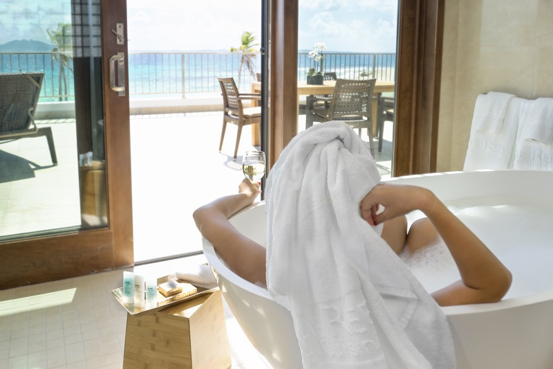In Deluxe Beachfront Junior Suite at The Reef by Cuisinart, you can admire the ocean while having a bath (Credit: The Reef)