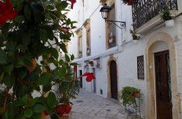 Street in Locorotondo, Puglia (Credit: Pixabay)