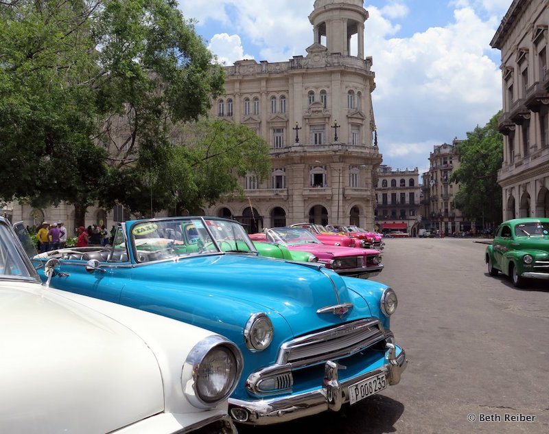 Best experiences in Havana: Almacenes San Jose is packed with artists selling their works