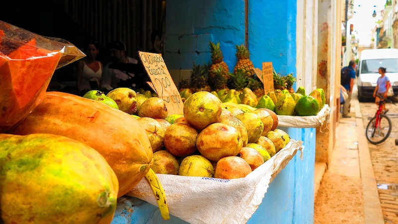 A fruitstand in Cuba (Credit: Pixabay)