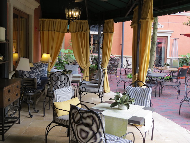 Outdoor dining at Hotel Granduca Houston