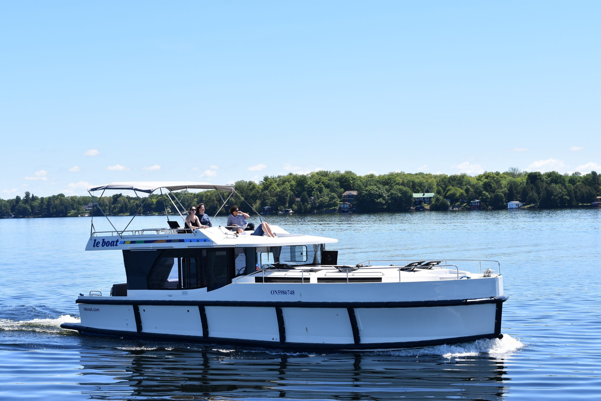 Le Boat private yacht cruising Rideau lakes